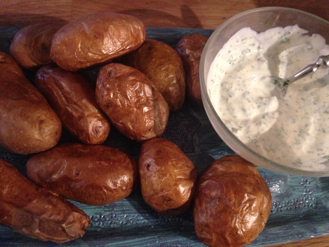Potatoes with oven and yogurt sauce